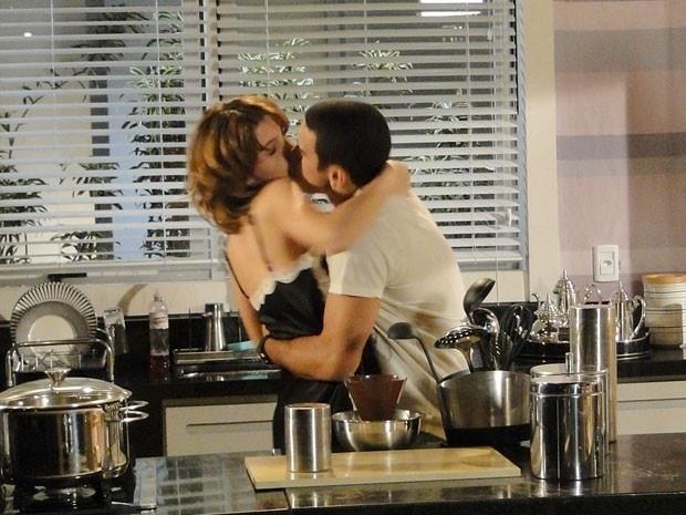 """Em """"Cheias de Charme"""", Isadora assume sua paixão por Niltinho e o beija (1/9/12)"""
