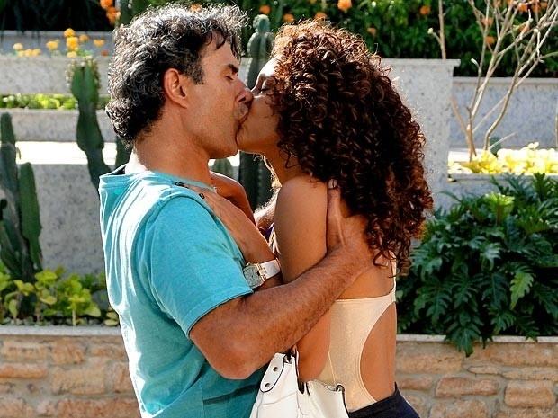 """Em """"Cheias de Charme"""", Gilson beija Penha (4/9/12)"""