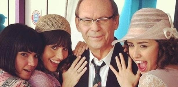 A atriz Fernanda Pontes publicou no Instagram uma foto em que ela e as atrizes Vanessa Giácomo e Amanda Richter aparecem ao lado do ator José Wilker