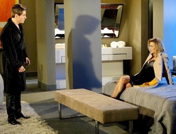 """Em """"Cheias de Charme"""", jornalista invade quarto do falso Fabian e fica só de lingerie (7/9/12)"""