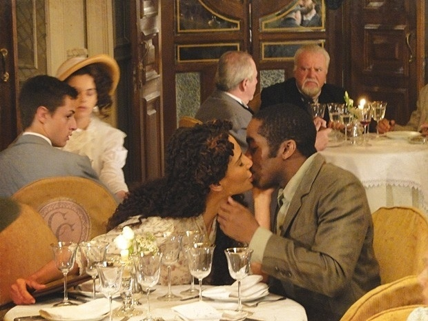 """Em """"Lado a Lado"""", Zé Maria e Isabel se beijam em público e todos na cidade ficam horrorizados (10/9/12)"""