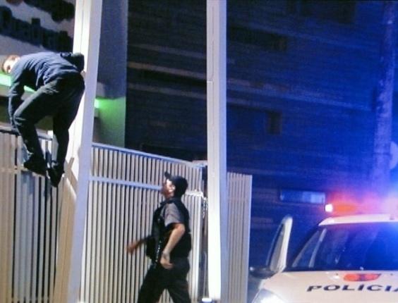 """Em """"Malhação"""", Fera tenta ajudar Dinho e é preso pela polícia ao pular grade do colégio"""