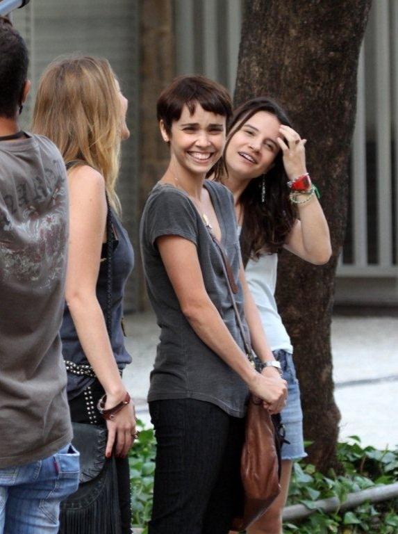 """As atrizes Carol Abras, Bianca Comparato e Débora Falabella (centro) se divertem em gravação de """"Avenida Brasil"""" (10/9/12)"""