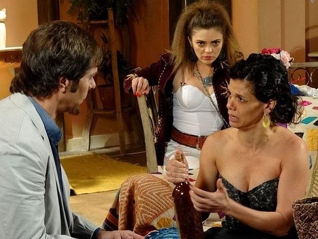 "Em ""Cheias de Charme"", Laércio descobre golpe de Chayene para se tornar cantora e fica revoltado (11/9/12)"