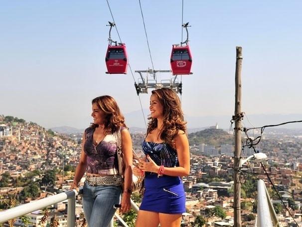 """As atrizes Dira Paes e Nanda Costa gravam cenas de """"Salve Jorge"""" no Complexo do Alemão, no Rio  (2012)"""