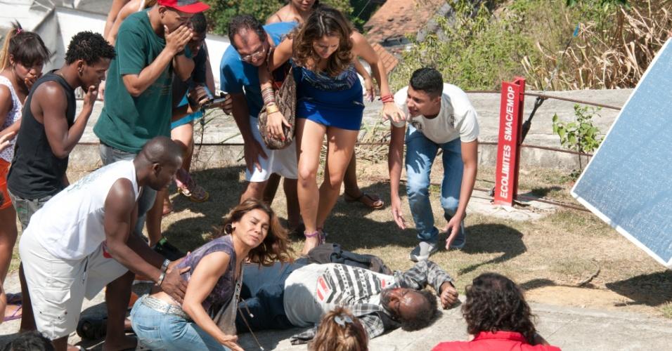 """Dira Paes e Nanda Costa gravam cena de tumulto no Morro do Alemão para a novela """"Salve Jorge"""" (12/9/12)"""