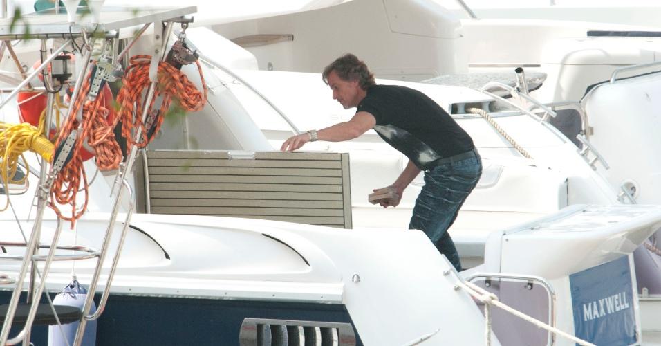 Depois de ter o dinheiro roubado por Carminha (Adriana Esteves), Max (Marcelo Novaes) fica furioso com a vilã. Cena vai ao ar em 19/9/12.