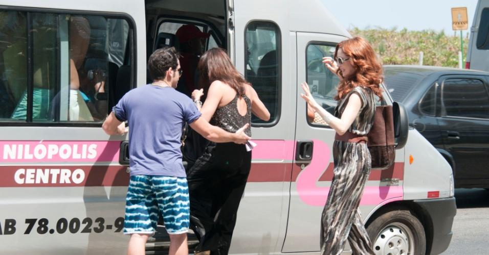 """Em """"Avenida Brasil"""", Alexia (Carolina Ferraz) e Noêmia (Camila Morgado) sobem em uma van para irem visitar Cadinho (Alexandre Borges) no bairro do Divino (14/9/12)"""