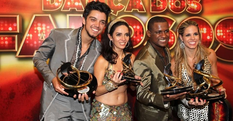 """Rodrigo Simas, Claudia Ohana, Patrick Carvalho e Raquel Guarini posam para fotos com troféus após a final da """"Dança dos Famosos"""" (16/9/12)"""