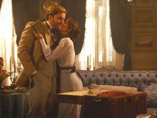 """Em """"Lado a Lado"""", Edgar devolve os livros de Laura e ganha um beijo da mulher (17/9/12)"""