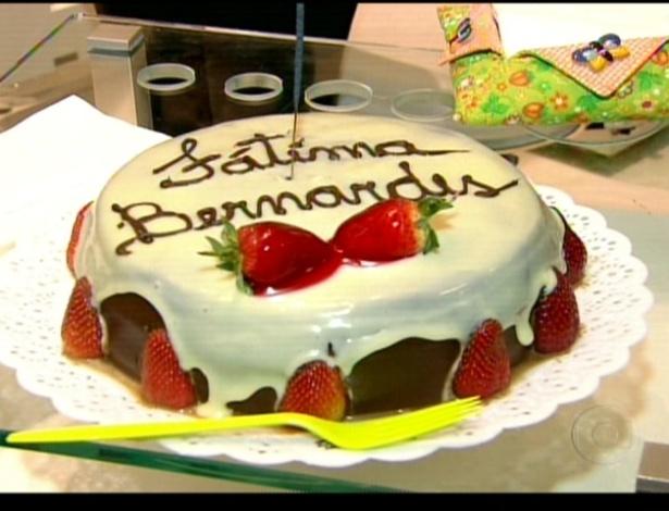 Fátima Bernardes ganha bolo para comemorar seu aniversário de 50 anos no