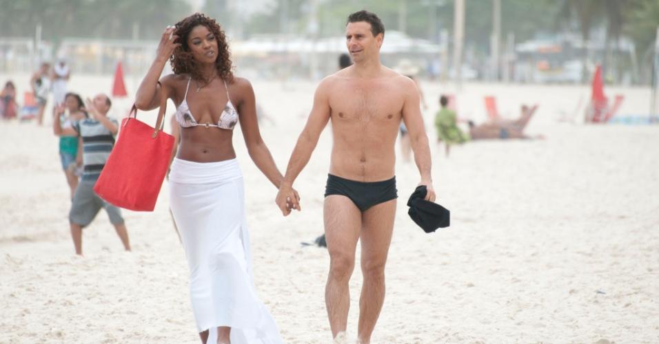 """Cris Vianna e Murilo Rosa andam de mãos dadas em gravações de """"Salve Jorge"""" na praia do Leme, no Rio de Janeiro (18/9/12)"""