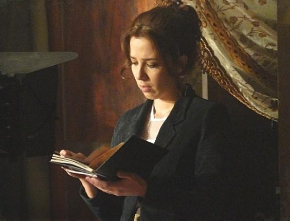"""Em """"Lado a Lado"""", Laura encontra foto de outra mulher nas coisas de Edgar e fica chateada"""