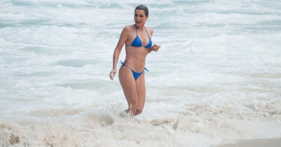 """Flávia Alessandra  grava cenas de """"Salve Jorge"""" na praia do Leme, no Rio de Janeiro (18/9/12)"""