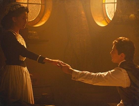 Isabel cede aos encantos de Albertinho e tem sua primeira noite de amor, em Lado a Lado