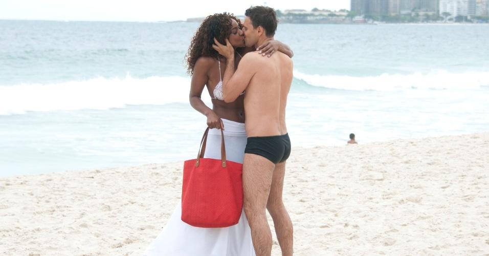 """Murilo Rosa e Cris Vianna se beijam em gravações de """"Salve Jorge"""" na praia do Leme, no Rio de Janeiro (18/9/12)"""