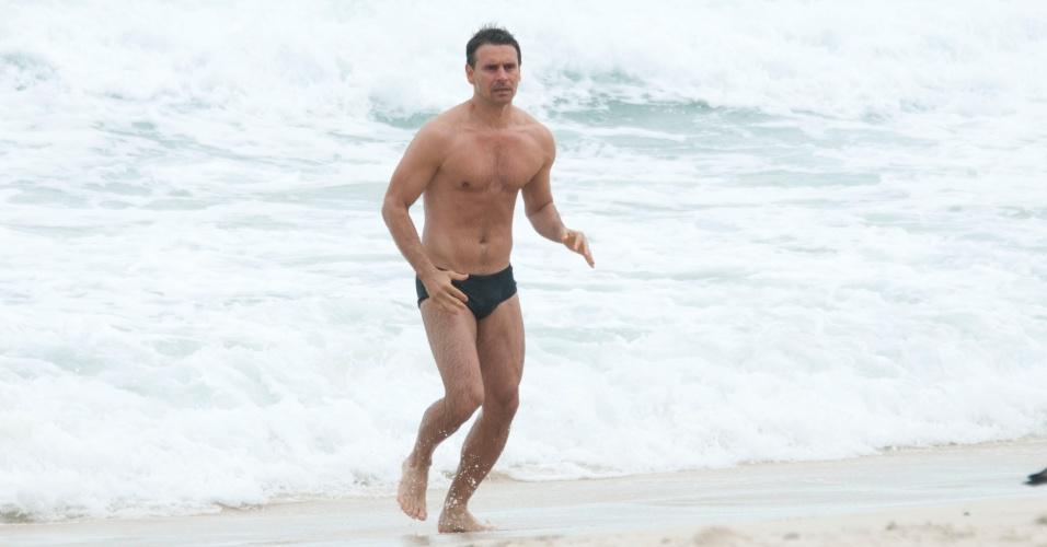 """Murilo Rosa sai do mar durante gravações de """"Salve Jorge"""" na praia do Leme, no Rio de Janeiro (18/9/12)"""
