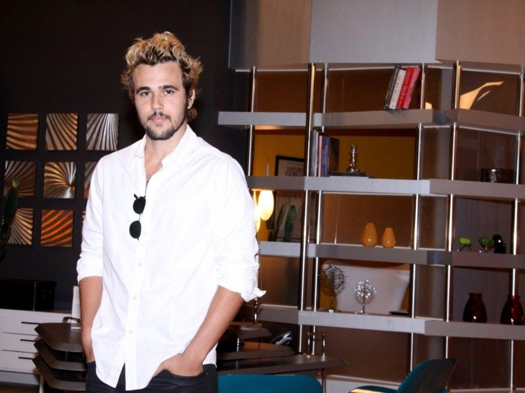 O ator Bruno Ferrari posa para fotos no evento de lançamento da novela