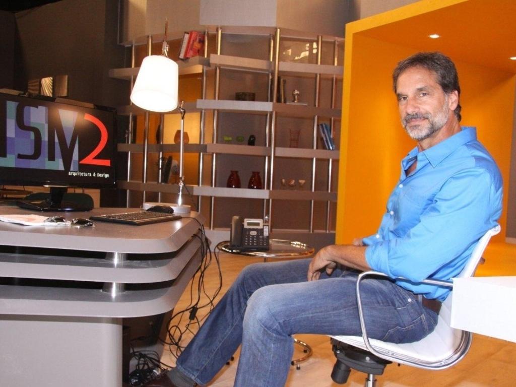 O ator Victor Fasano posa para fotos no lançamento da novela