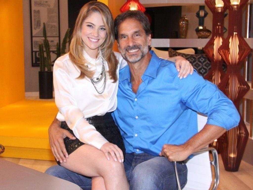 Os atores Juliana Baroni e Victor Fasano posam para fotos no evento de lançamento da novela