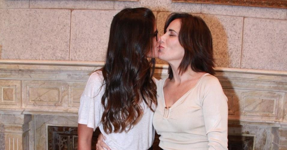 """Glória Pires dá selinho na filha em coletiva da nova novela das 19 horas da TV Globo: """"Guerra dos Sexos"""" (19/9/12)"""