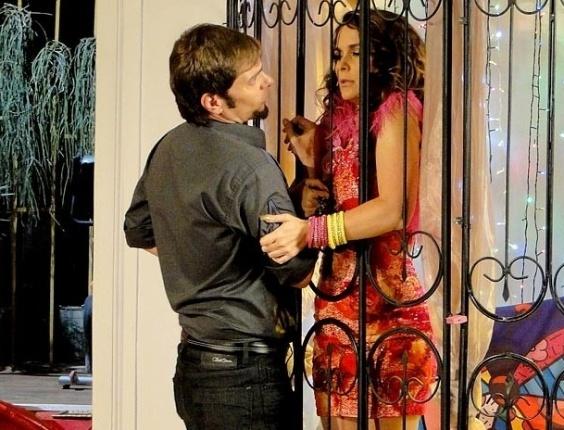"""Em """"Cheias de Charme"""", Chayene fica irritada ao continuar presa em gaiola"""