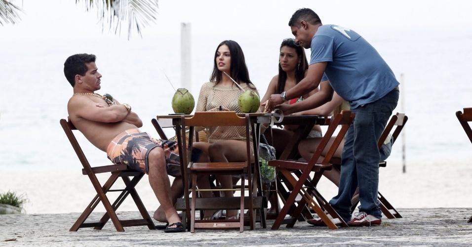 """Ísis Valverde e Thiago Martins gravam cenas de """"Avenida Brasil"""" na orla da Barra da Tijuca (20/9/12)"""