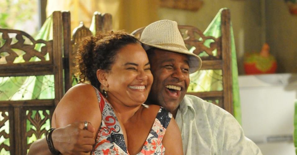 """Em """"As Três Irmãs"""", a atriz foi Janaína. Escrita por Antônio Calmon, a novela foi ao ar na Rede Globo entre 2008 e 2009. Na foto, ela estão ao lado de Jacaré (Ailton Graça)"""
