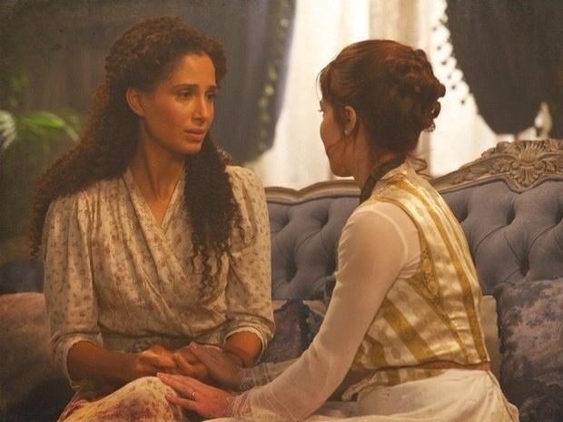 """Em """"Lado a Lado"""", Isabel desabafa com Laura e a jovem pergunta quem é o homem que seduziu a amiga (21/9/12)"""