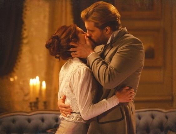 """Em """"Lado a Lado"""", Edgar se declara """"completamente apaixonado"""" e beija Laura"""