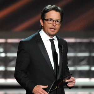 o-ator-michael-j-fox-apresenta-o-premio-