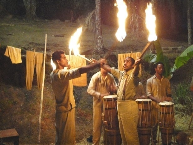 """Em """"Lado a Lado"""", a mando de Berenice, Caniço queima o vestido de noiva de Isabel (25/9/12)"""
