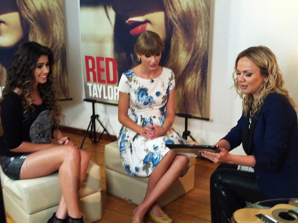 Ao lado de Paula Fernandes, Eliana entrevista a cantora americana Taylor Swift (14/9/12)