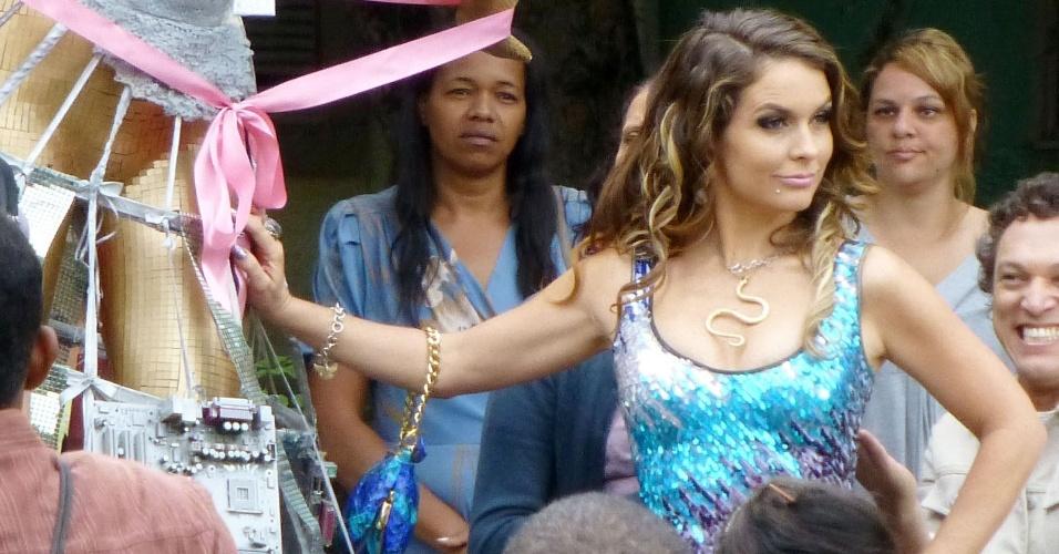 """Claudia Abreu e Titina Medeiros gravam cena de """"Cheias de Charme"""" em Curicica, Rio de Janeira. Na cena, Chayene vai até Sobradinho e descobre que Socorro se tornou a nova diva da cidade. Ela vê uma estátua da ex-doméstica, que participa de um evento vestida como a cantora Lady Gaga (26/9/12)"""