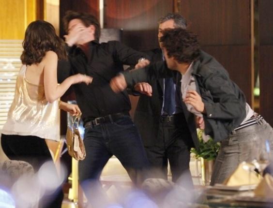 """Em """"Cheias de Charme"""", Elano e Conrado brigam por Cida em restaurante"""