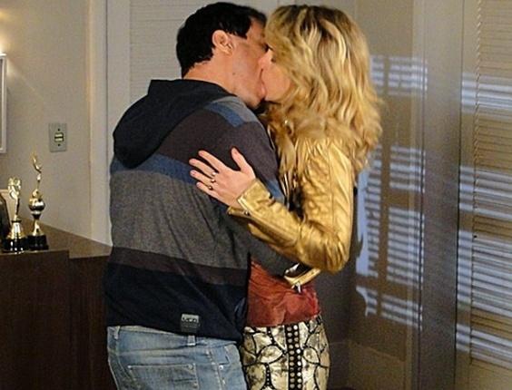 """Em """"Cheias de Charme"""", Rosário e Inácio reatam o namoro"""