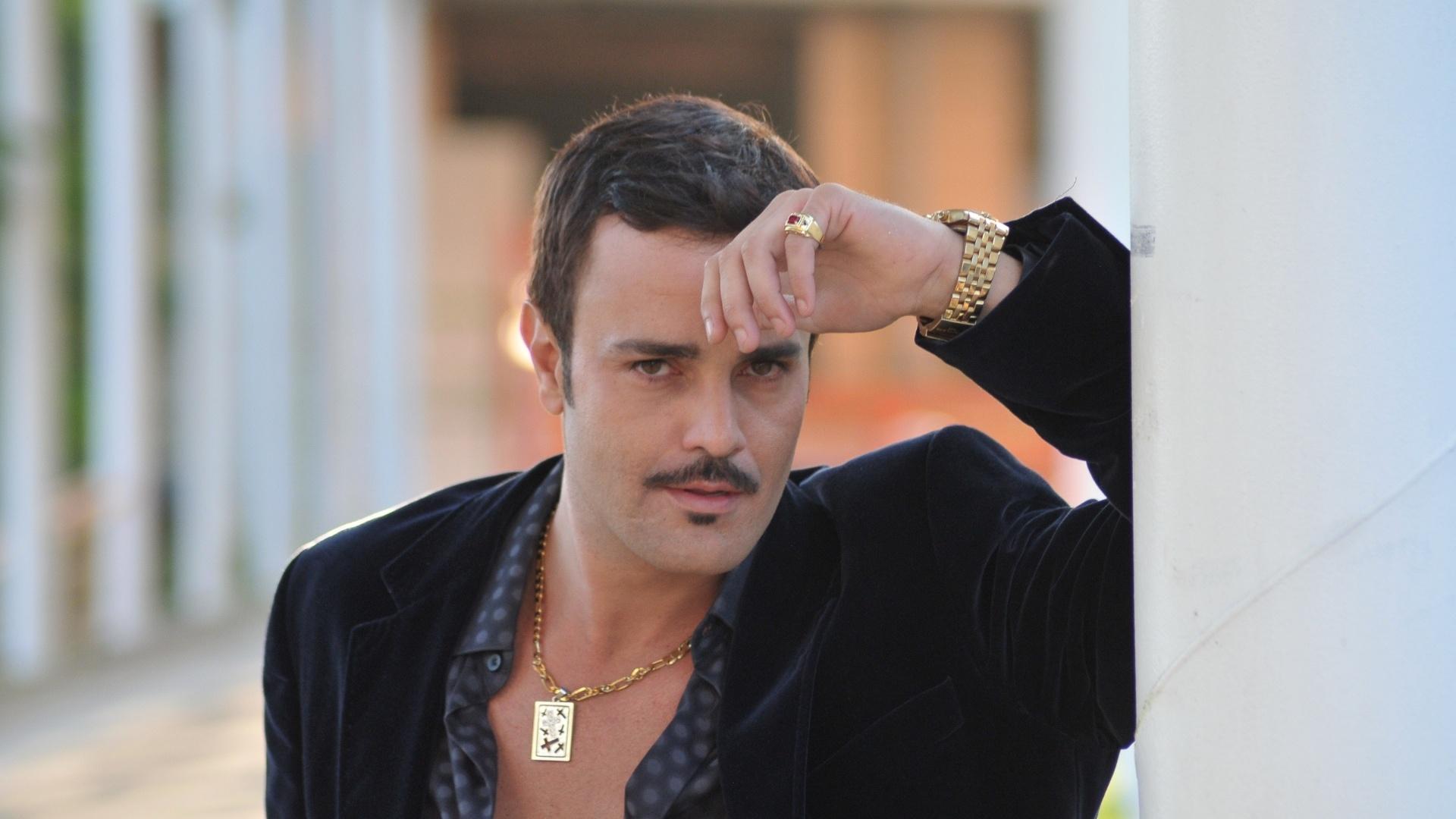 Rodrigo Phavanello interpreta o radialista Plínio em Balacobaco