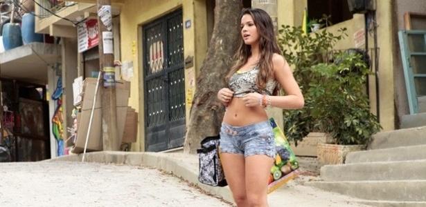 Bruna Marquezine veste short e blusinha para interpretar uma funkeira em