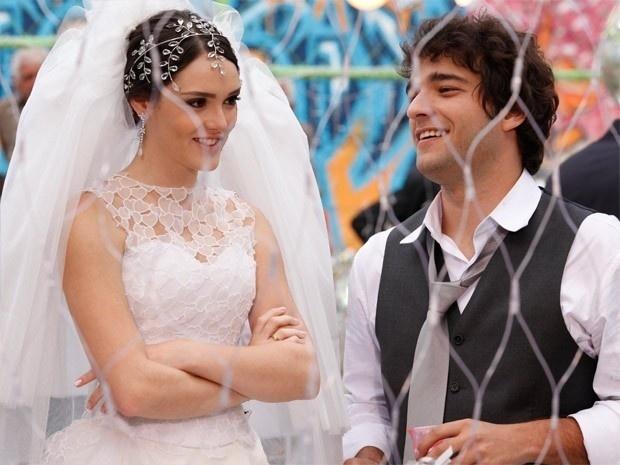 """Em """"Cheias de Charme"""", Elano e Cida se casam junto com Rosário e Inácio"""