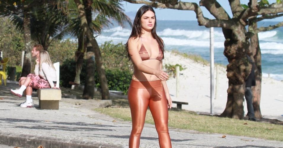"""Ísis Valverde grava cena de """"Avenida Brasil"""" correndo na orla da praia da Barra da Tijuca, no Rio (28/9/12)"""