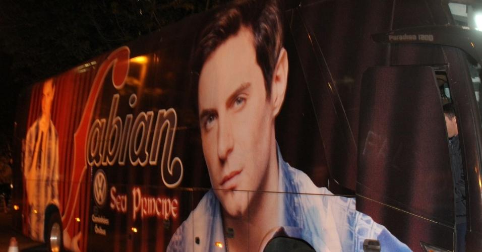 Um ônibus com imagem do cantor Fabian (Ricardo Tozzi) foi estacionado no local (28/9/12)