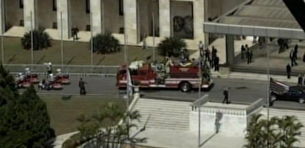 Corpo de Hebe Camargo deixa o Palácio dos Bandeirantes (30/9/12)