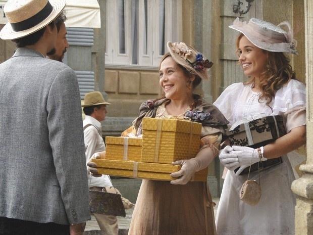 """Em """"Lado a Lado"""", Guerra se encanta com a solteirona Celinha, e Jonas fica admirado com Alice"""