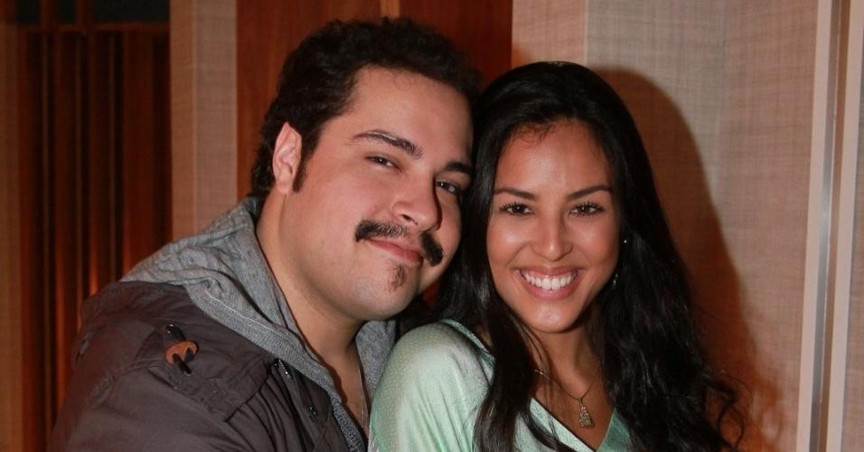 """Tiago Abravanel e Yanna Lavigne estão no elenco da novela da TV Globo """"Salve Jorge"""", no Projac, Rio de Janeiro (2/10/2012)"""