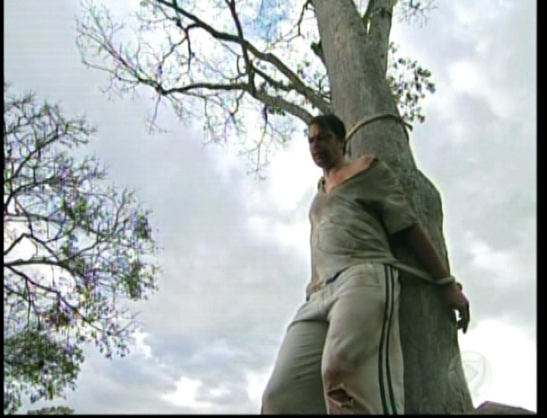 Martim fica preso a uma árvore para levar tiros dos membros da ONG