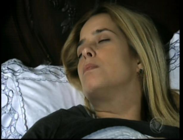 Tereza tenta falar, mas não consegue. Eneida não deixa Maria conversar e a tira de seu quarto