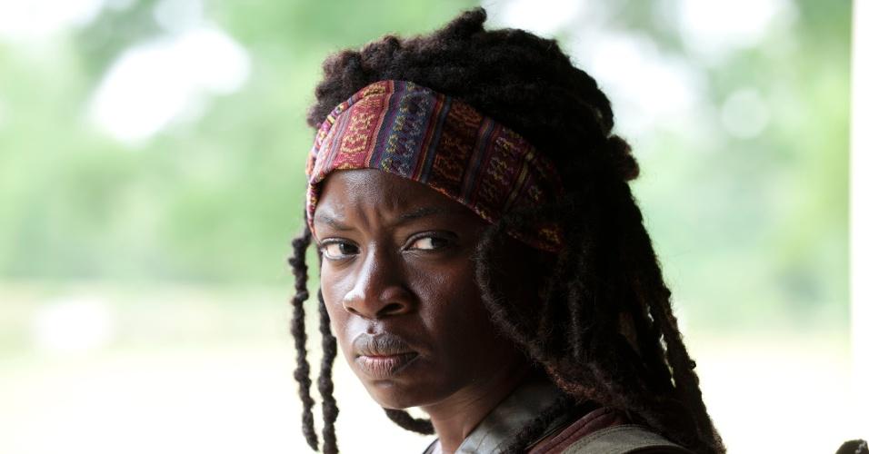 """A personagem Michonne (Danai Gurira) novidade da terceira temporada de """"The Walking Dead"""", aparece em cena de """"Seeds"""", primeiro episódio do terceiro ano da série. Ao lado de dois escravos zumbis, ela apareceu na última cena da segunda temporada empunhando uma espada katana e salvando Andrea (Laurie Holden) de um ataque zumbi"""