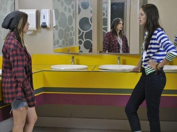"""Em """"Malhação"""", Ju pergunta para Lia se ela está interessada em Dinho (3/10/12)"""