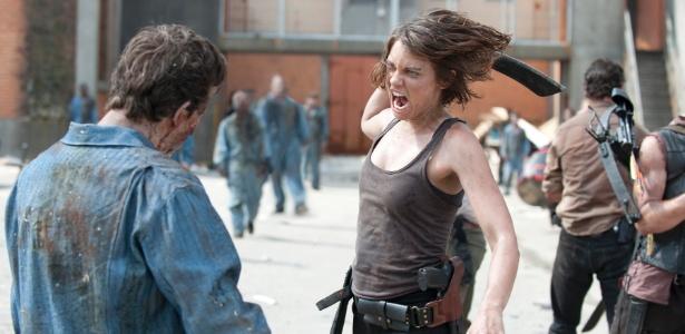 """Maggie Greene (Lauren Cohan) enfrenta um zumbi detento em cena de """"Seeds"""", primeiro episódio da terceira temporada de """"The Walking Dead"""", que estreia no dia 16 de outubro, às 22h15, na Fox"""