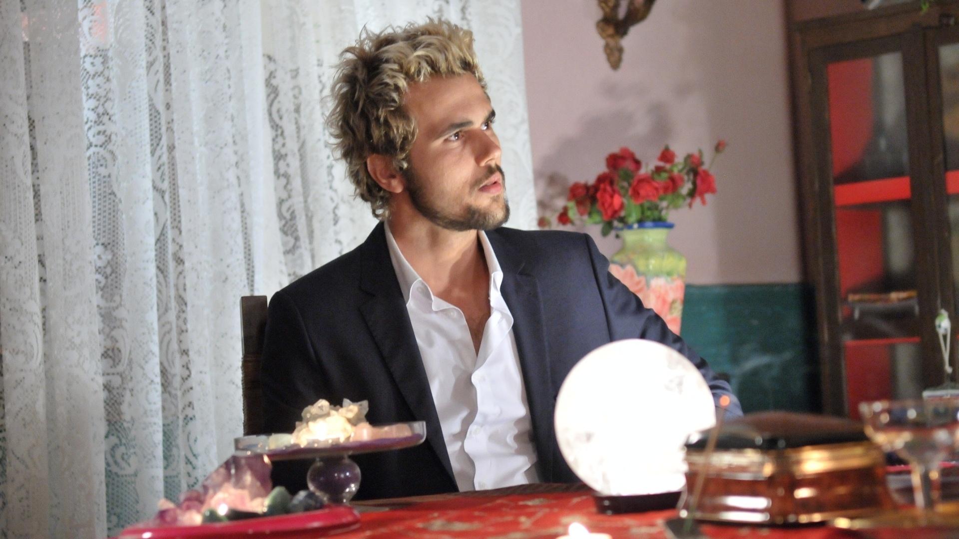 Noberto (Bruno Ferrari) vai consultar o seu futuro com a Madame Zenaide que, na verdade, Cremilda (Solange Couto)